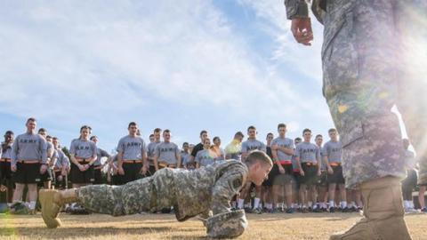Knallhartes Militärtraining für stählerne Muskeln - ganz ohne Material