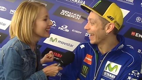 Was sie diesem MotoGP-Star live im TV anbietet, wird euch die Sprache verschlagen! Seine Reaktion ist genial!