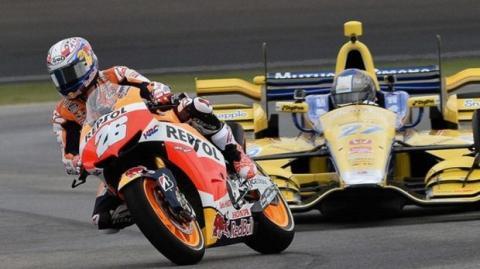 Moto GP vs. Indycar: Sieg für Dani Pedrosa gegen Marco Andretti auf der Rennstrecke von Indianapolis
