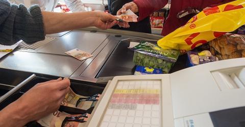 Arbeitslose können sich ihr Geld künftig im Supermarkt auszahlen lassen