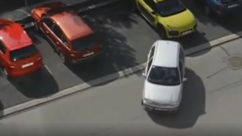 Autofahrerin will einparken: Ihre Reaktion am Ende ist phänomenal!