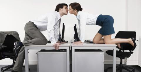 Liebesleben: Warum es so häufig am Arbeitsplatz funkt!