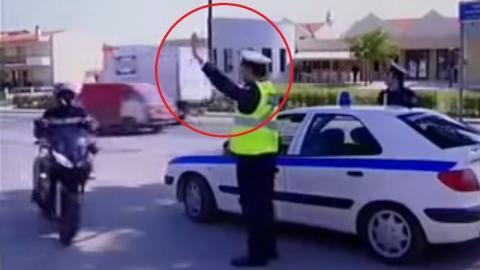 Der Polizist winkt den Motorradfahrer raus. Doch die Reaktion des Bikers ist genial!