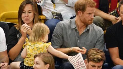 Ein kleines Mädchen klaut das Popcorn von Prinz Harry. Seine Reaktion bringt das Publikum zum Lachen