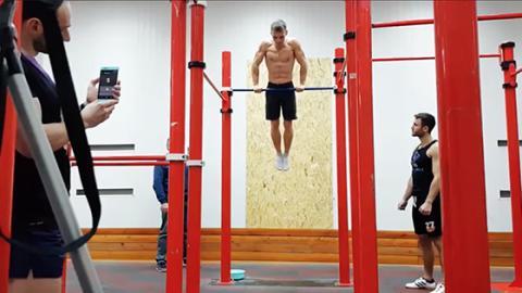 Weißrusse stellt neuen Muscle-Up-Rekord auf