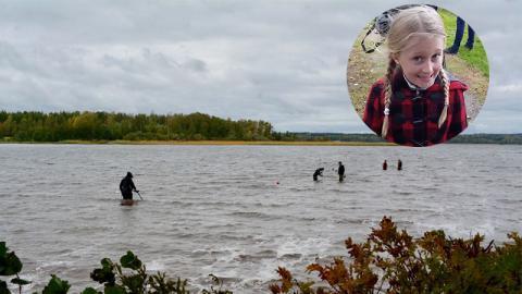 Achtjährige spürt etwas Kaltes im See und zieht es an die Oberfläche