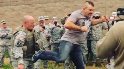 Der US-Soldat fordert die UFC-Legende Chuck Liddell heraus. Dann folgt ein Tritt aus der Drehung
