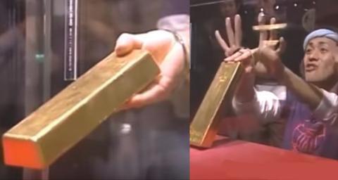 Museum bietet Belohnung: Wer schafft es, diesen Goldbarren aus seinem Glaskasten zu holen?