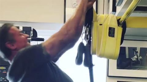 Headbanger-Klimmzüge: Sylvester Stallone trainiert nach Anweisungen von Jeff Cavaliere