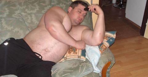 Seine Freundin verlässt ihn, weil er zu dick ist. So sieht er heute aus!