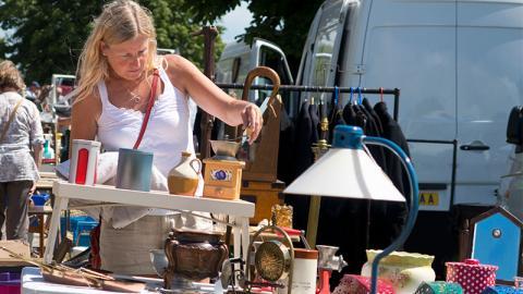Frau macht Fund auf Flohmarkt: Erst Zuhause erkennt sie die Gefahr für ihre Gesundheit