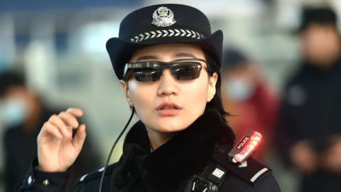 Die chinesische Polizei sorgt mit speziellen Scan-Brillen für Unmut bei Touristen