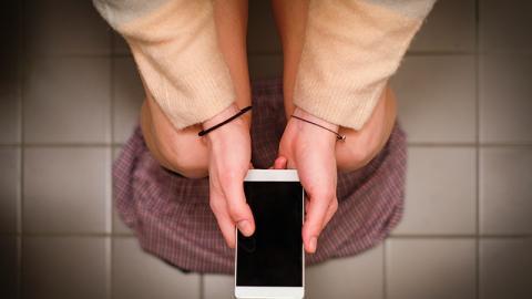 Mit dem Smartphone auf dem Klo: Diese ekligen Dinge setzen sich auf eurem Handy ab
