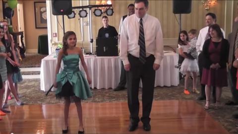 Für den Geburtstag seiner Tochter tanzt dieser Vater mit ihr, doch dann...