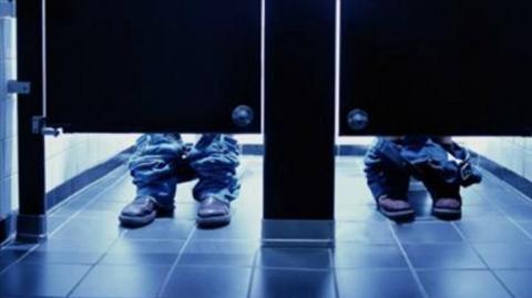 Aus diesem verrückten Grund reichen Toilettentüren nie bis zum Fußboden!