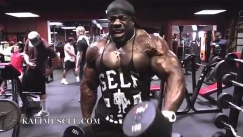 Kali Muscle regt sich mit enormen Gewichten ab!
