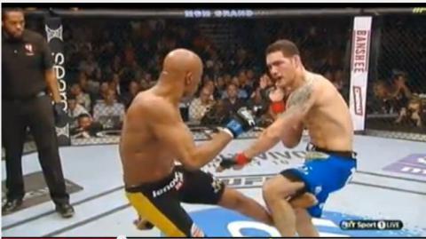 UFC: Anderson Silva bricht sich das Bein entzwei als er Chris Weidman einen Fußtritt verpasst