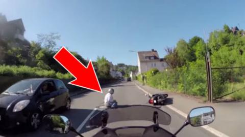 Ein Autofahrer hat absichtlich den Roller gerammt. Doch der Motorradfahrer nimmt die Verfolgung auf!