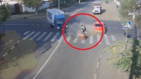 Der LKW stößt mit dem Auto zusammen. Und dieser Fahrradfahrer ist mittendrin!