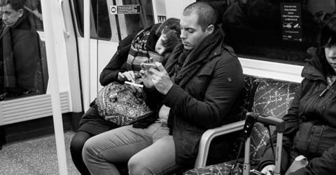 Fotograf erwischt Paar in der U-Bahn: Als er sich das Foto genauer anschaut, fällt ihm etwas Schlimmes auf