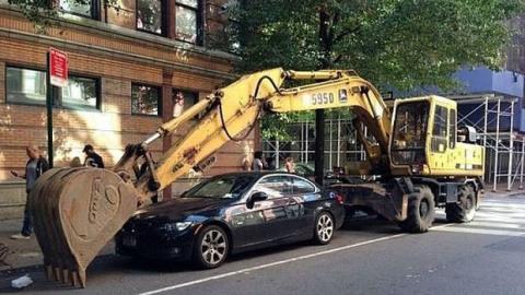 Das Auto hat falsch geparkt: Der Baggerfahrer kennt keine Gnade