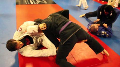 Jiu-Jitsu-Meister gibt sich in MMA-Club als Anfänger aus