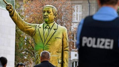 Erdogan-Statue mitten in Deutschland: Polizei und Feuerwehr greifen durch!