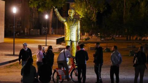 Erste Vorfälle an goldener Erdogan-Statue mitten in Deutschland