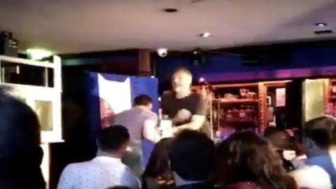 Coach von Conor McGregor erteilt einem Comedian auf der Bühne eine Lektion