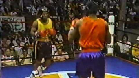 Mike Tyson boxt mit nur 15 Jahren gegen einen erwachsenen Gegner