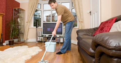 Studie beweist, dass Putzen für Männer viel zu gefährlich ist