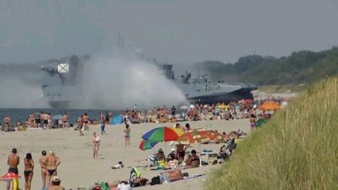 Russisches Luftkissenfahrzeug sorgt für Panik am Strand