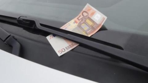 Wenn du einen Geldschein an deinem Scheibenwischer siehst, gibt es nur eine richtige Reaktion