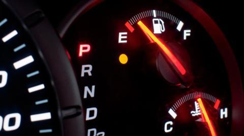 Tank vom Auto fast leer fahren: Es gibt einen Grund, warum ihr das nie mehr machen werdet!