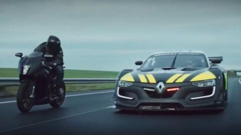 Motorrad liefert sich Verfolgungsjagd mit einem Renault Sport RS 01 der Polizei