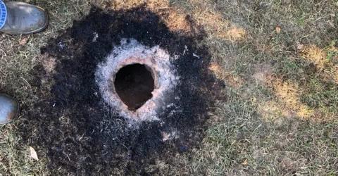 Rätselhaftes Loch im Boden: Was da plötzlich hervorkommt, jagt allen Angst ein!