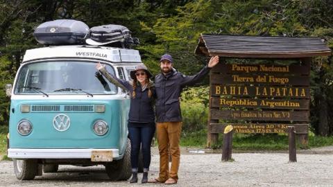 Alter VW Bulli begleitet Paar auf Reise durch Amerika