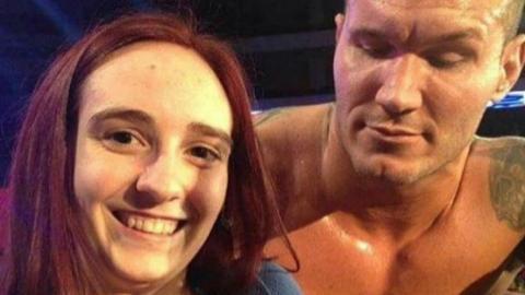 Der Wrestling-Star Randy Orton starrt einem weiblichen Fan