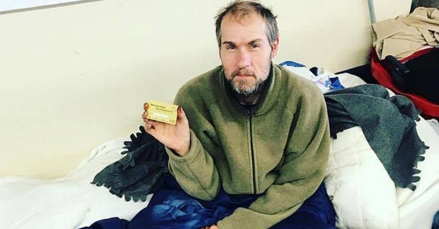 Obdachloser freut sich über Döner-Gutschein