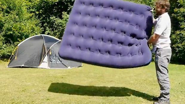 wie bl st man eine luftmatratze auf carport 2017. Black Bedroom Furniture Sets. Home Design Ideas