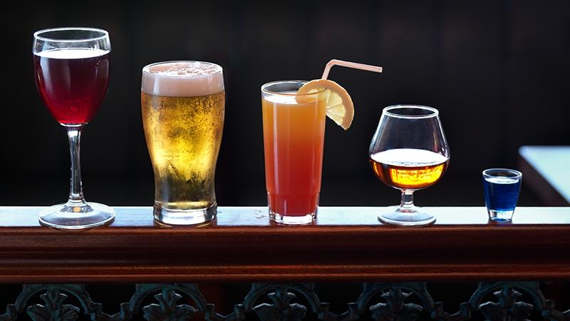Dieses alkoholische Getränk schadet deiner Haut enorm