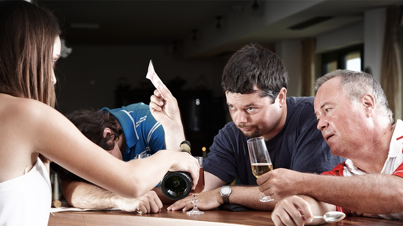Alkohol: Darum gibt man betrunken mehr Geld aus
