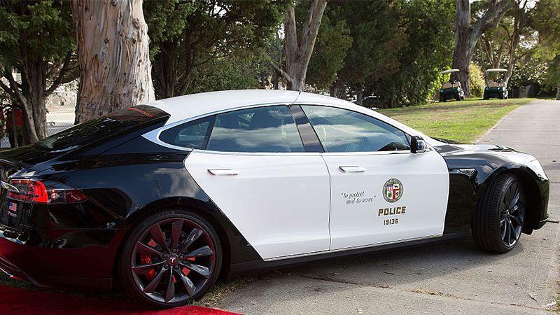 Polizei fährt Tesla, dann passiert ihr bei Verfolgungsjagd peinliche Panne