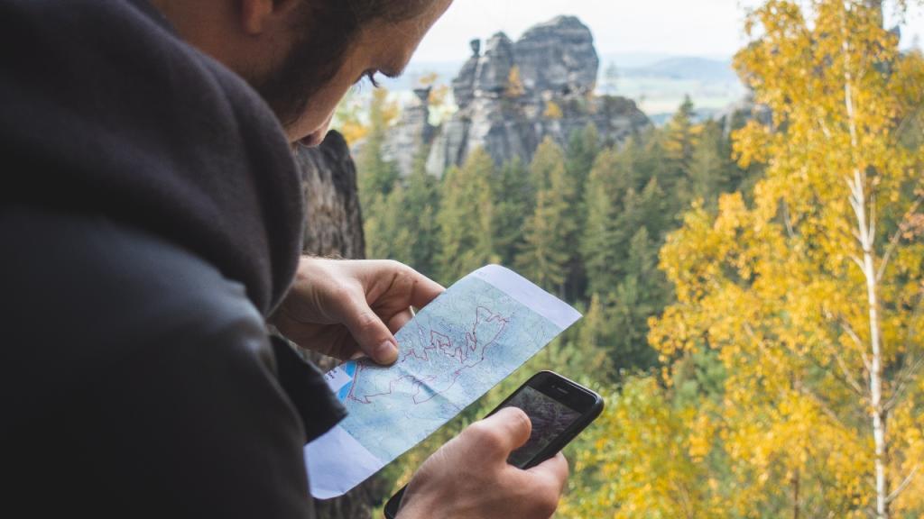 Lebensgefährlich statt rettend: So wird das Smartphone schnell zur Todesfalle beim Wandern
