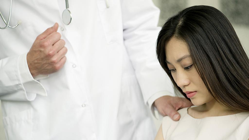 Aus Angst vor dem Coronavirus: Arzt macht schreckliche Sache mit Patientin