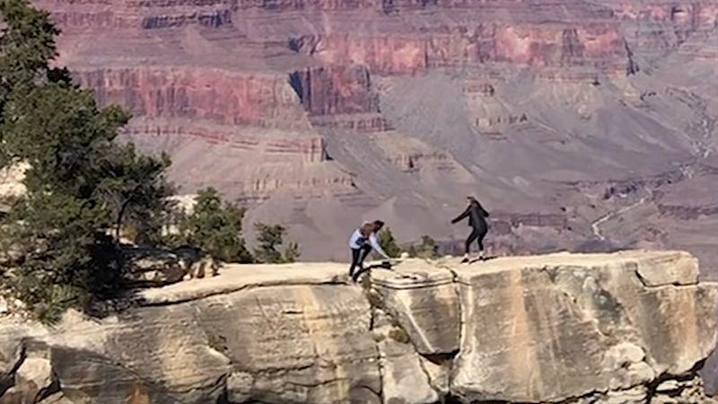 Mann filmt, wie sich zwei Frauen wegen eines Selfies in Lebensgefahr bringen (Video)