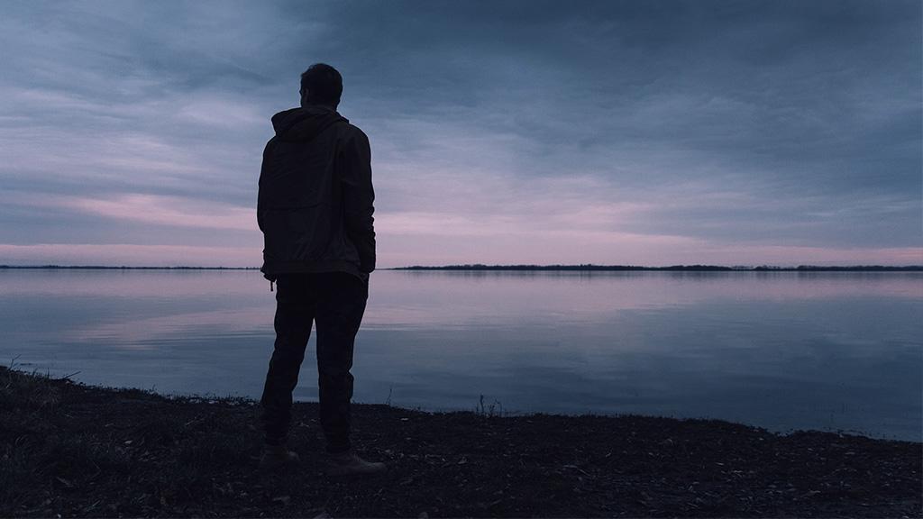 Mann erblickt ein hilfloses Wesen im Wasser und zögert nicht lange