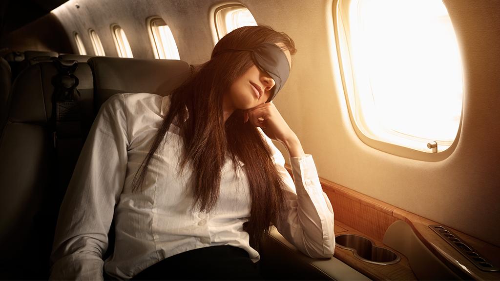 Frau lehnt im Flugzeug den Sitz nach hinten, doch sie bereut es sofort