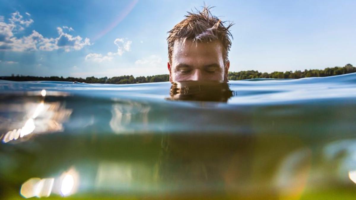 Junger Mann badet im See: Dabei kriecht ein Parasit in