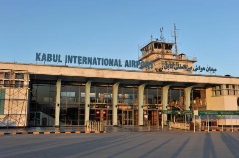 Afghanistan: Zivilisten klammern sich an Flugzeug, um zu fliehen